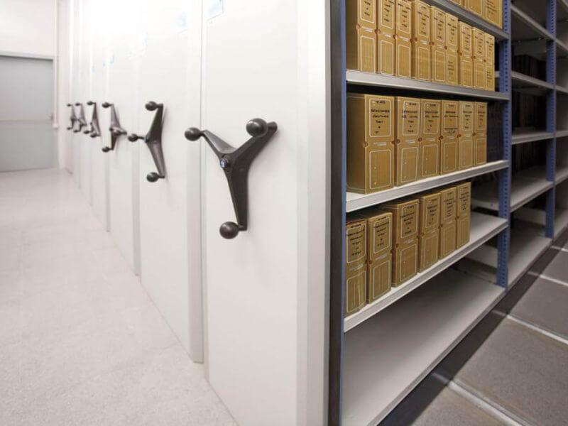 Mecalux gördíthető polcos állvány - Duplázza meg irodája tárolójának kapacitását gördíthető polcos állványokkal!