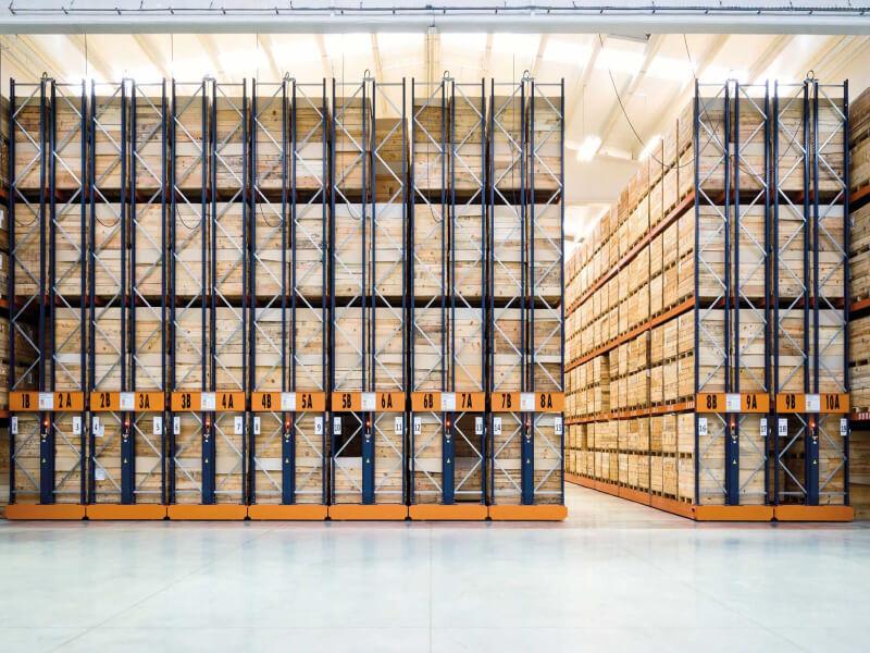 Mecalux Gördíthető raklapos állvány - Maximalizált tárolási kapacitás hűtött, közepesen vagy lassan forgó termékek számára