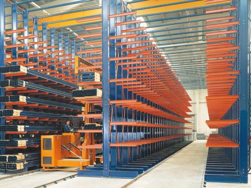 Mecalux Karos Állvány - Hosszú szálanyagok tárolására, például gerendák, profilok, csövek és fűrészáruk tárolására.